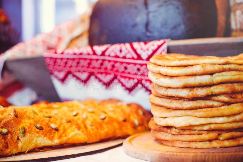 Pila de crepes del aire en un dinette de madera, una familia tradicional de la comida crepes de oro, empanadas en el fondo foto de archivo