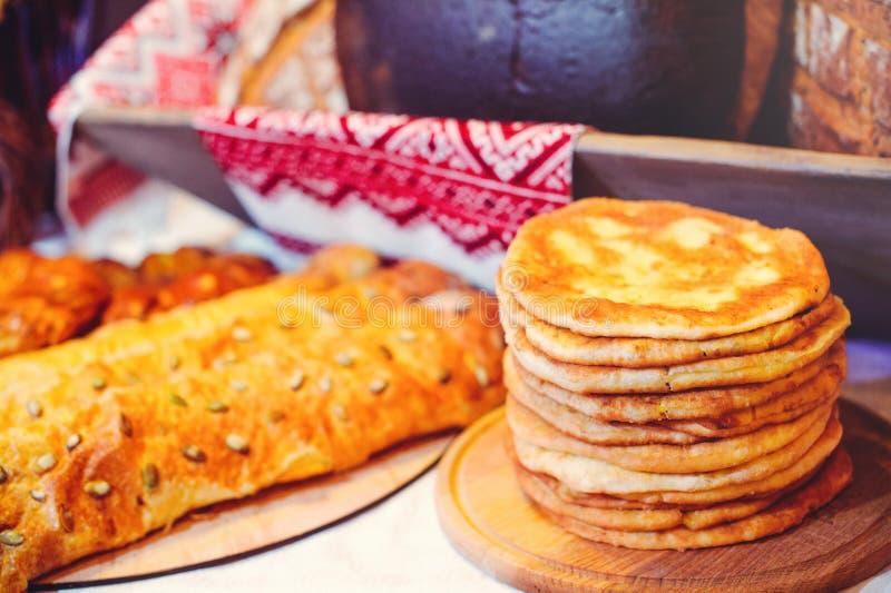 Pila de crepes del aire en un dinette de madera, una familia tradicional de la comida crepes de oro, empanadas en el fondo imagen de archivo libre de regalías