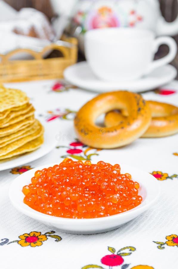 Pila de crepes y de caviar rojo fotografía de archivo libre de regalías