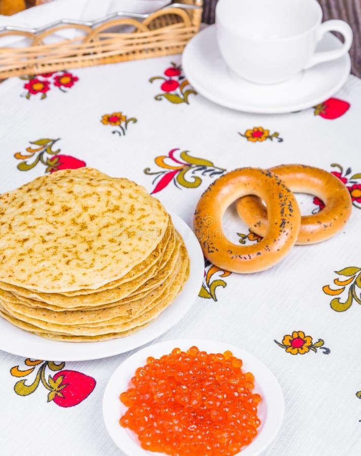 Pila de crepes y de caviar rojo imagen de archivo libre de regalías