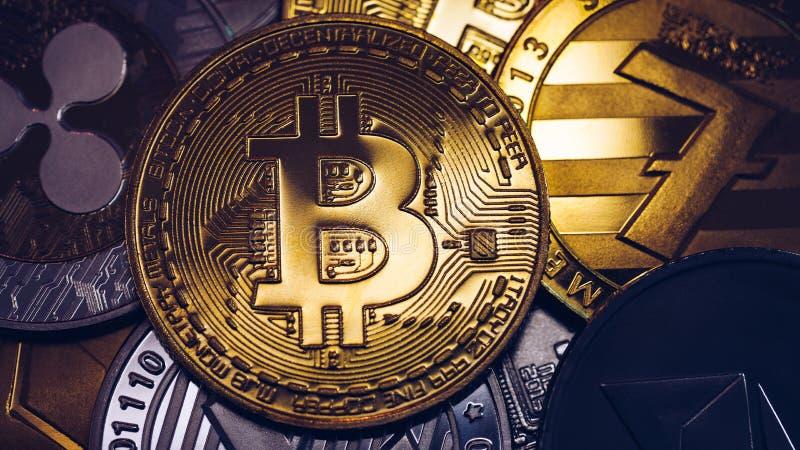 Pila de criptomonedas con bitcoin dorado Bitcoin como concepto criptodivisa más importante Bitcoin Moneda de bit física imagenes de archivo