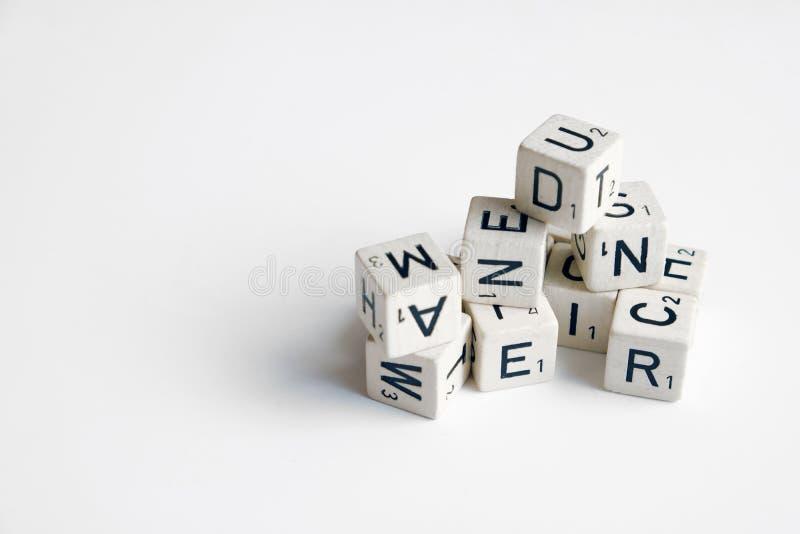 Pila de cubos con las letras y los números en blanco fotos de archivo