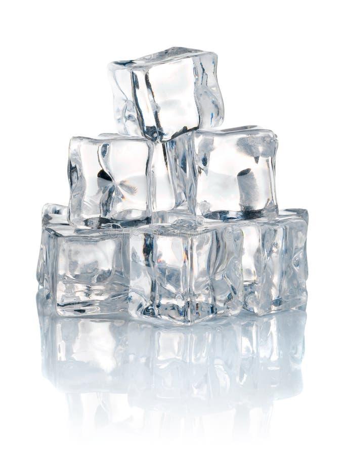 Pila de cubos de hielo fríos foto de archivo libre de regalías