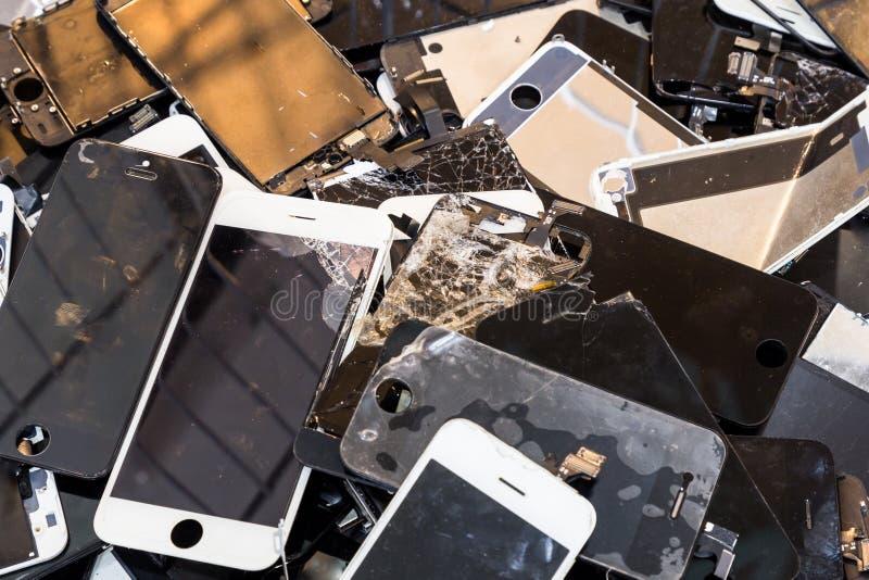 Pila de cuerpo elegante dañado del teléfono y de pantalla LCD agrietada imágenes de archivo libres de regalías