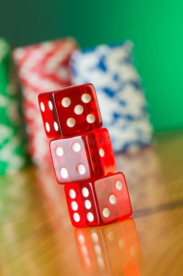 Pila de dados rojos del casino imagen de archivo libre de regalías