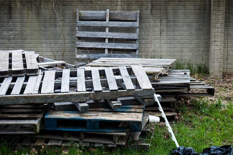 Pila de desperdicios en los parques de atracciones vacíos de cercano oeste foto de archivo