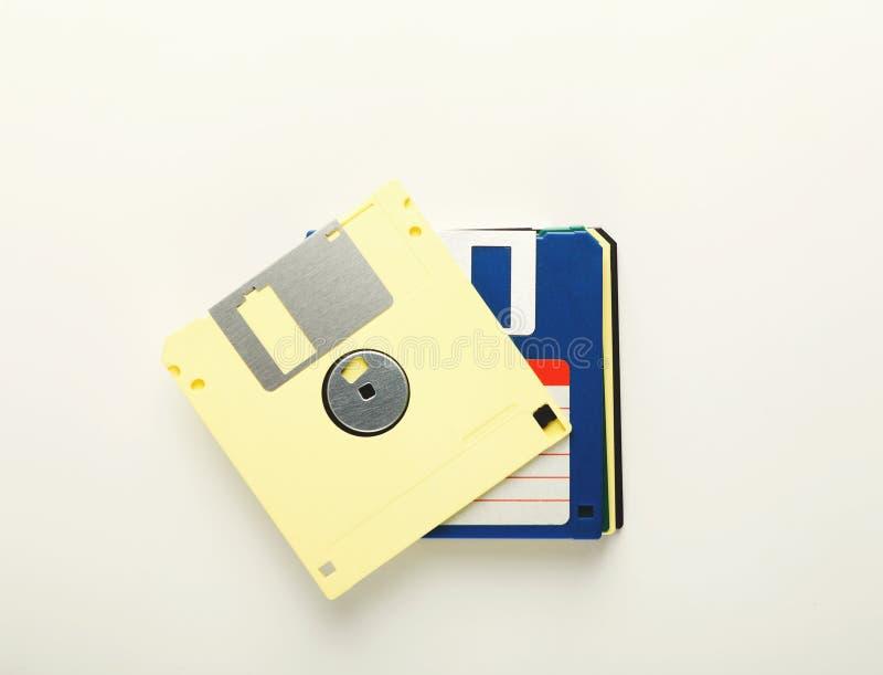Pila de diskettes retras Disquetes aislados en el fondo blanco fotografía de archivo