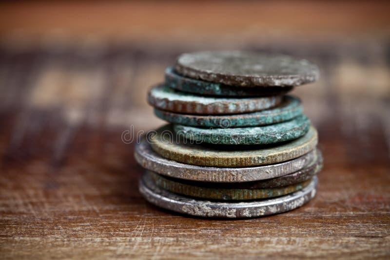 Pila de diversas monedas de cobre antiguas con pátina foto de archivo