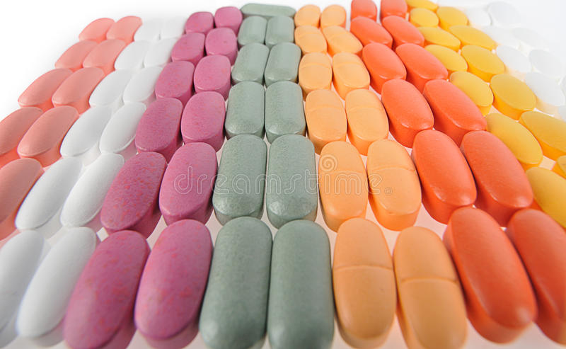 Pila de diversas píldoras aisladas en blanco fotografía de archivo