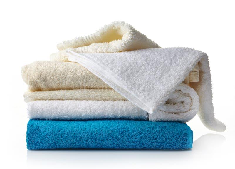 Pila de diversas toallas del balneario imagenes de archivo