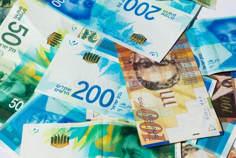 Pila de diverso de las cuentas de dinero israelíes del shekel - visión superior fotos de archivo