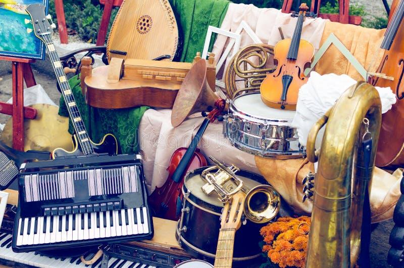 Pila de diversos instrumentos musicales viejos imagen de archivo
