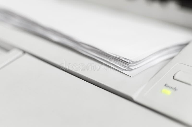 Pila de documento organizada después de imprimir en oficina fotos de archivo