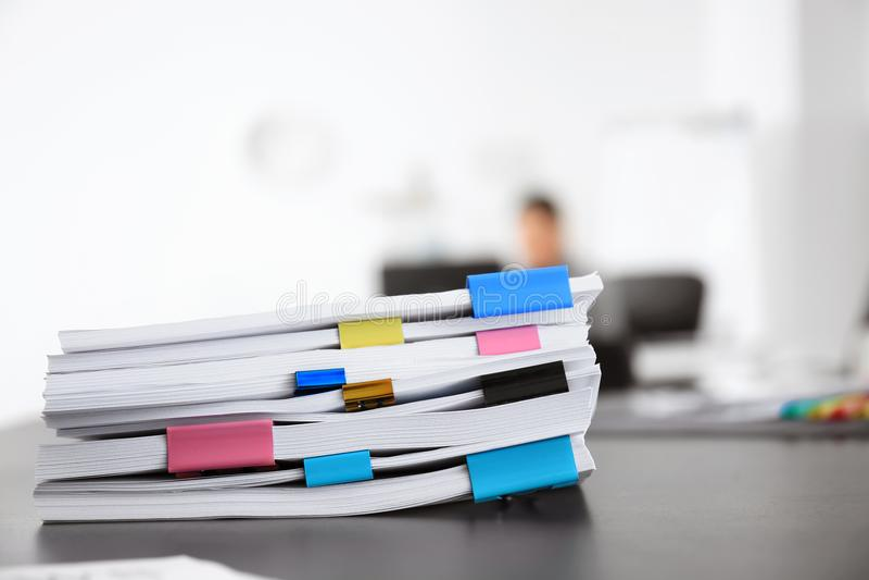 Pila de documentos en la tabla imagen de archivo