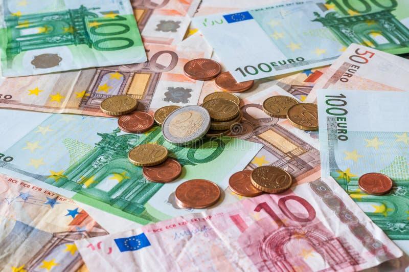 Pila de euros y de monedas para el negocio y las finanzas imagenes de archivo