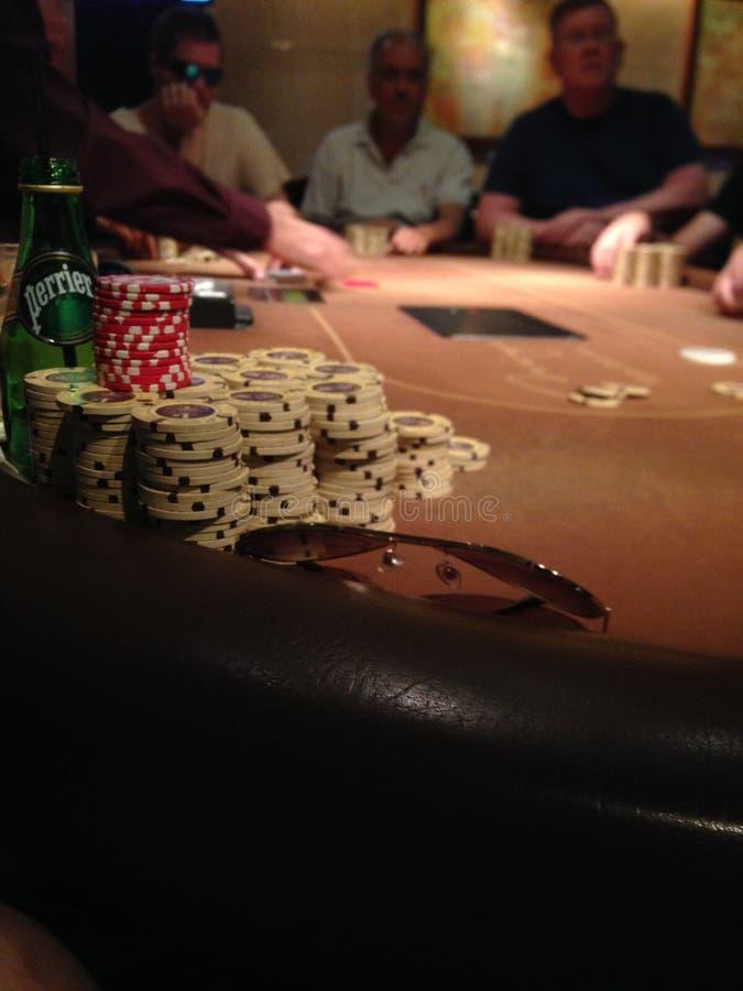 Pila de fichas de póker en el casino del espejismo en Las Vegas foto de archivo