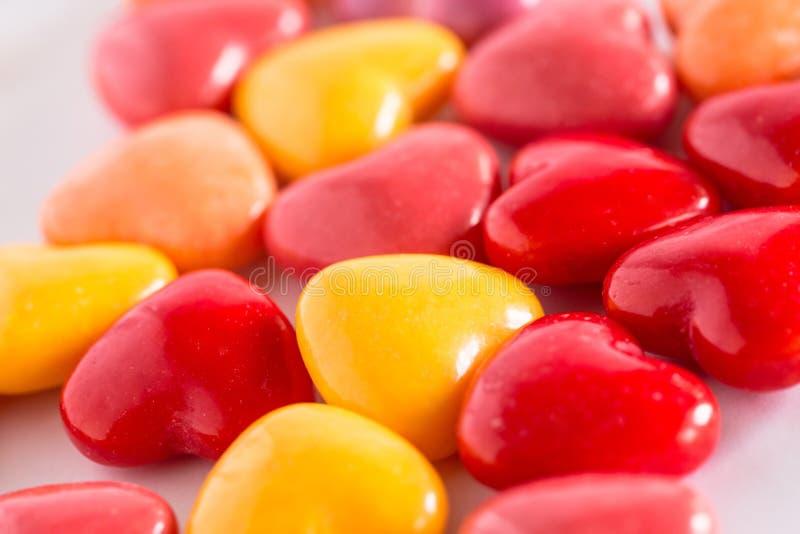Pila de fondo en forma de corazón de los dulces del caramelo del día de tarjetas del día de San Valentín imagenes de archivo