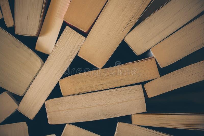 Pila de fondo de los libros viejos Vista superior de muchos libros llenados juntos Educación y sabiduría fotos de archivo