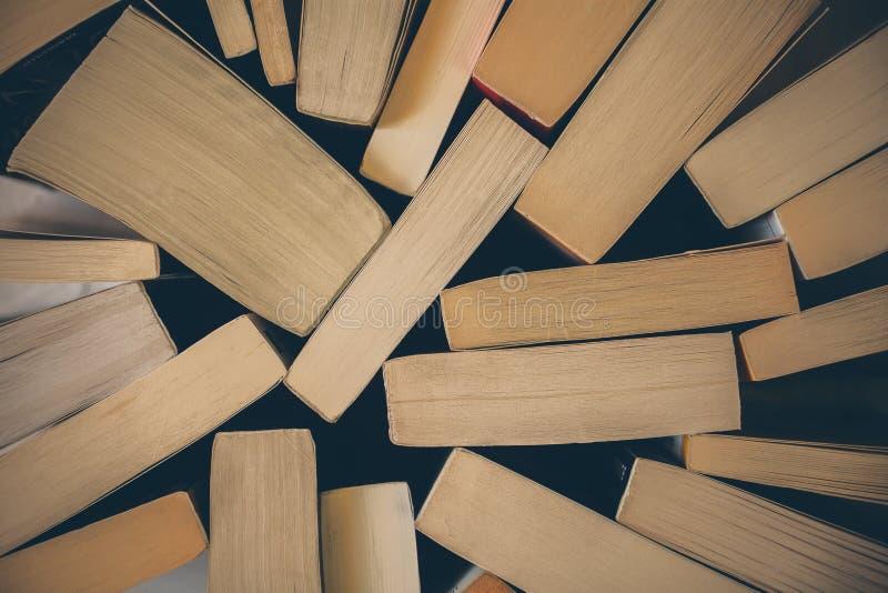 Pila de fondo de los libros viejos Vista superior de muchos libros llenados juntos Educación y sabiduría fotos de archivo libres de regalías