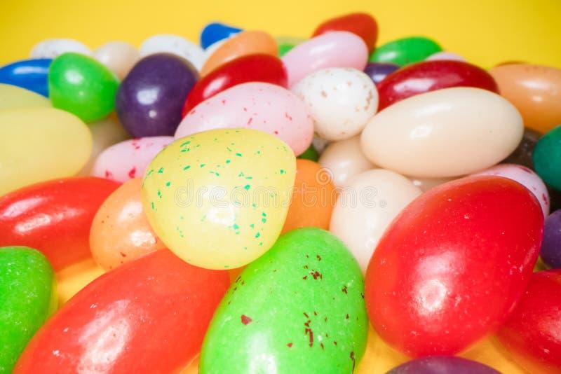 Pila de fondo de masticación colorido delicioso de los caramelos Dulces coloridos en fondo amarillo imágenes de archivo libres de regalías