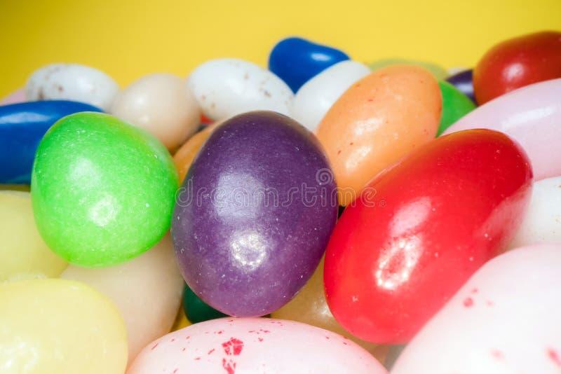 Pila de fondo de masticaci?n colorido delicioso de los caramelos Dulces coloridos en fondo amarillo fotografía de archivo