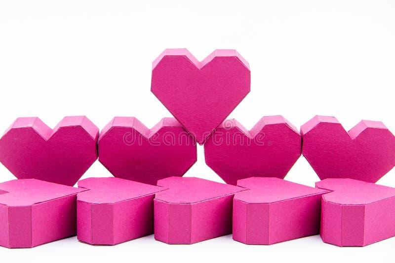 Pila de forma roja del corazón de la caja de papel en fondo rosado con la copia imágenes de archivo libres de regalías