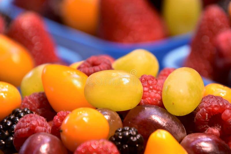 Pila de frutas de la mezcla en la plataforma foto de archivo