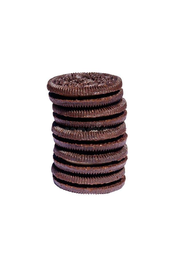 Pila de galletas del chocolate con el relleno poner crema aislado en el fondo blanco imagen de archivo libre de regalías