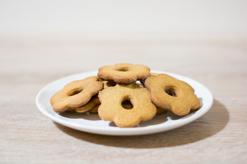 Pila de galletas hechas en casa en una placa blanca foto de archivo