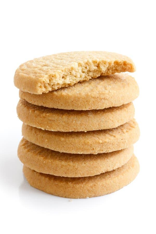 Pila de galletas redondas de la torta dulce aisladas en blanco Medio biscu imagenes de archivo