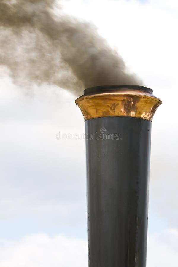 Pila de humo de un motor de tracción del vapor fotografía de archivo