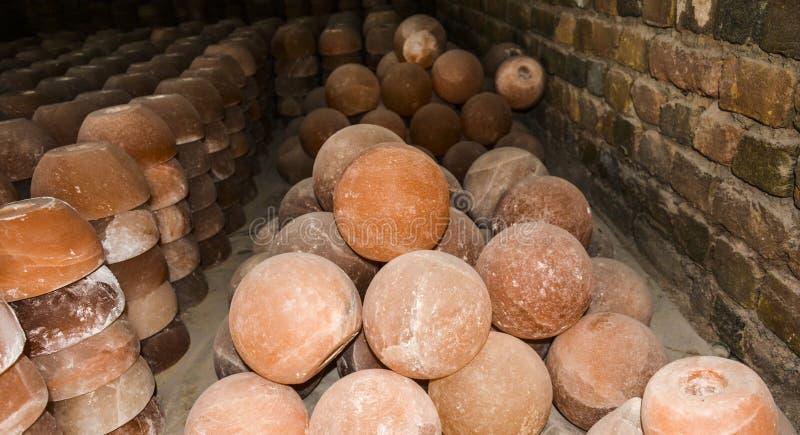 Pila de lámparas de la taza y de la sal de la bola fotos de archivo libres de regalías