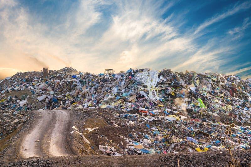 Pila de la basura en descarga o vertido de basura Concepto de la contaminación imagen de archivo