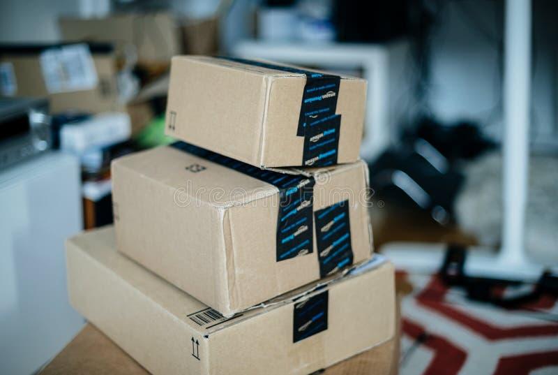 Pila de la caja de cartón de la prima del Amazonas una sobre otra en sitio fotos de archivo