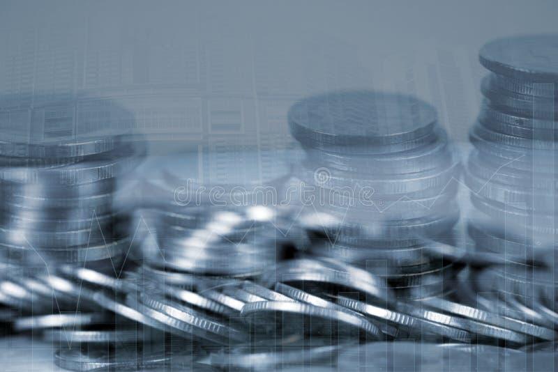 Pila de la exposición doble de moneda con el gráfico financiero sobre fondo del ciudad y de oficinas del edificio, negocio e idea imagen de archivo