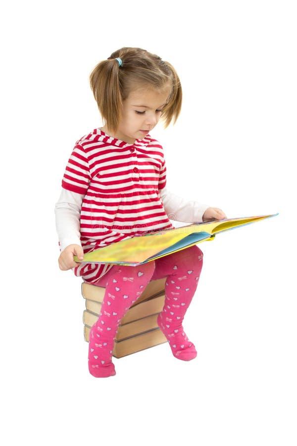 Pila de la lectura del niño de libros imagen de archivo libre de regalías