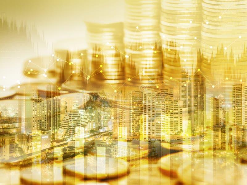 Pila de la moneda del dinero del oro y gráfico del punto con el fondo de la ciudad fotos de archivo