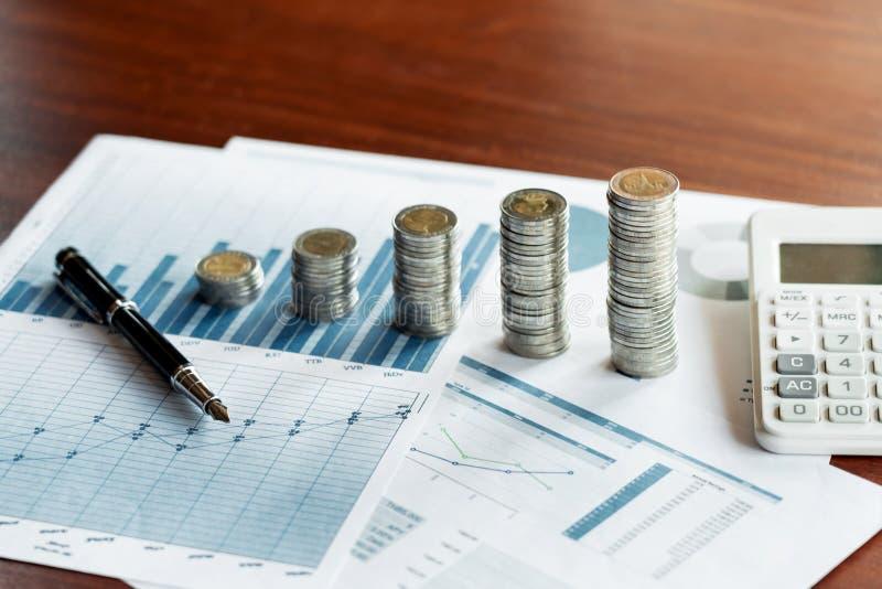 Pila de la pila de monedas que ahorran el dinero y la planificación concepto financiero, el considerar o de la inversión fotografía de archivo