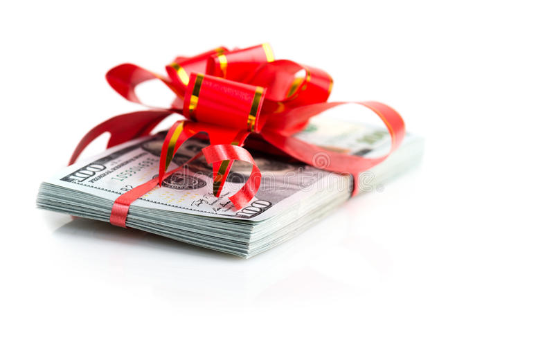 Pila de la prima de la Navidad de efectivo con el arco rojo fotos de archivo libres de regalías