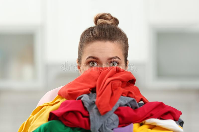 Pila de la tenencia de la mujer de lavadero sucio imágenes de archivo libres de regalías