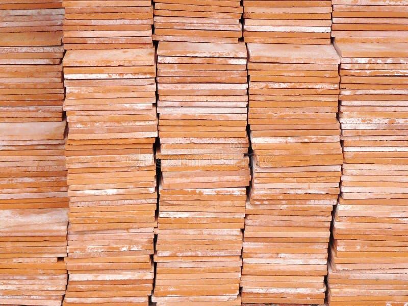 Pila de ladrillo rojo para el piso de la construcción fotos de archivo