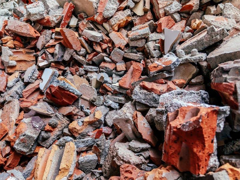 Pila de ladrillo rojo quebrado y de cierre concreto encima de los detalles - concepto de la destrucción imágenes de archivo libres de regalías