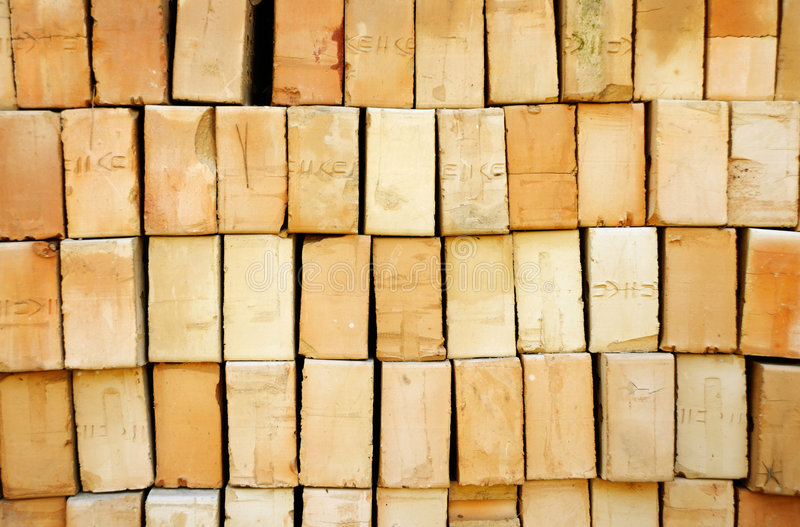 Pila de ladrillos amarillos fotos de archivo libres de regalías