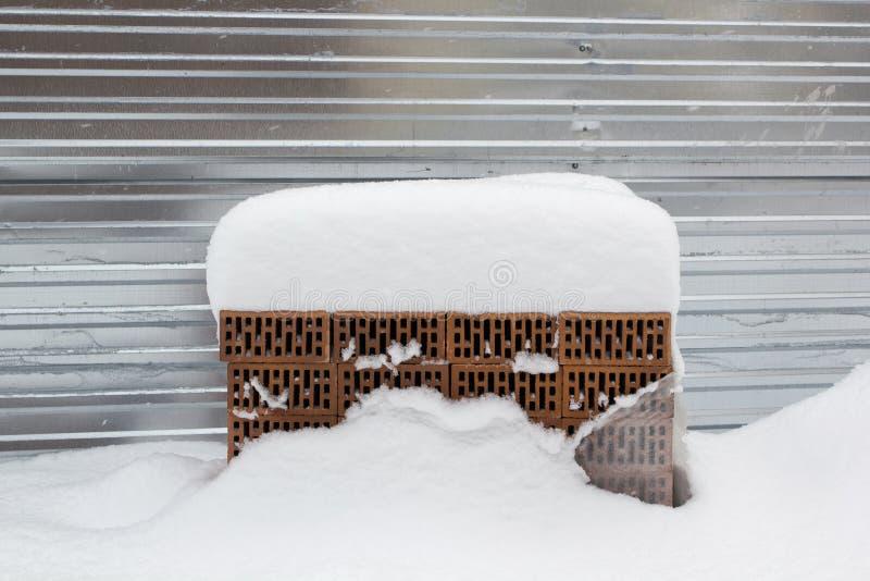 pila de ladrillos del edificio en el invierno debajo de la nieve imagen de archivo libre de regalías