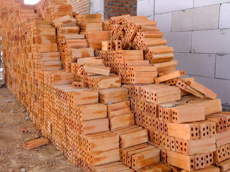 Pila de ladrillos rojos que se prepara para la construcción imagen de archivo libre de regalías