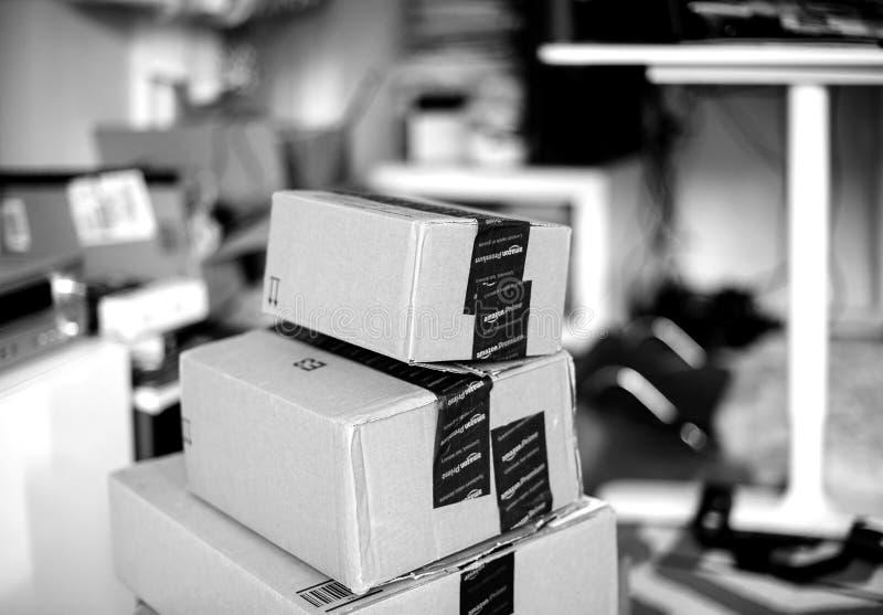 Pila de las cajas de cartón de la prima del Amazonas una sobre otra foto de archivo libre de regalías
