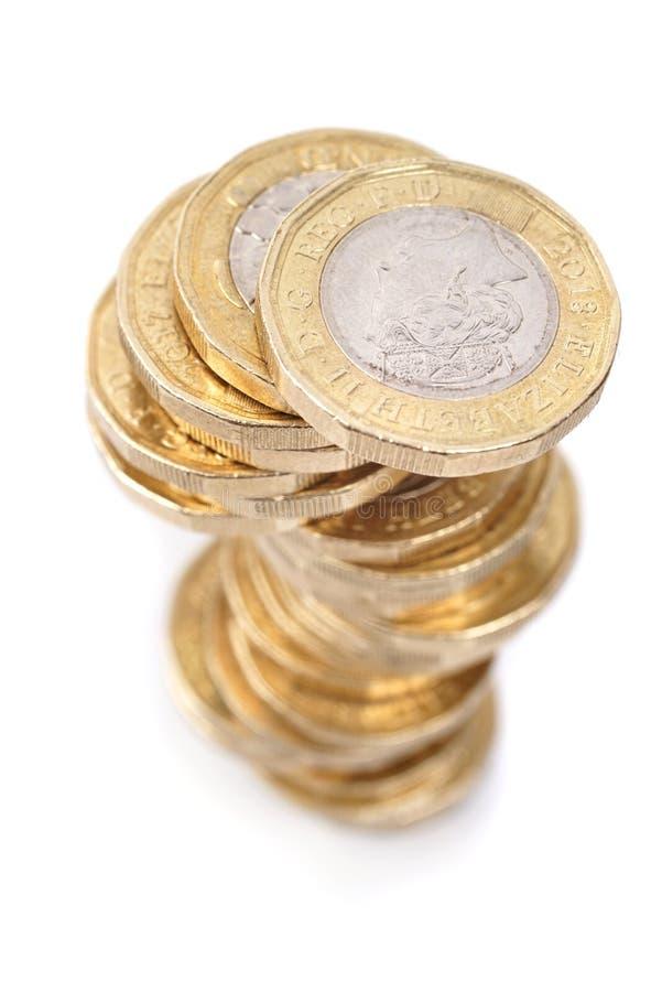 Pila de las monedas de libra británica en el fondo blanco fotos de archivo