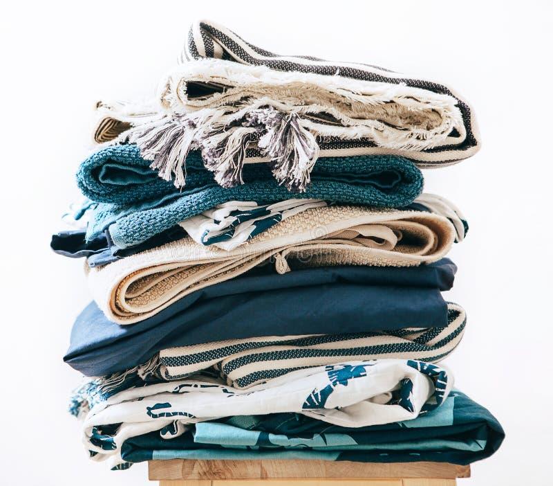 Pila de lavadero azul y beige imágenes de archivo libres de regalías