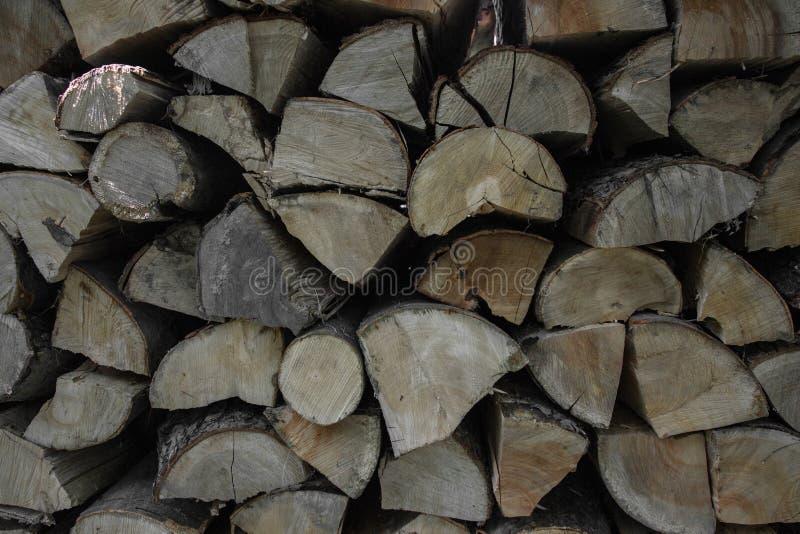 Pila de leña apilada en el jardín rural listo para el invierno Preparación para el invierno Fondo de madera del extracto del regi fotografía de archivo libre de regalías