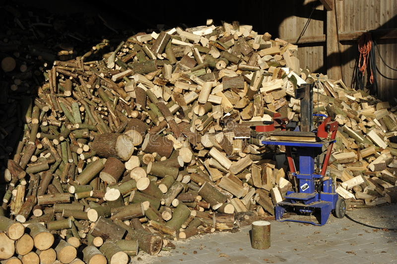 Pila de leña con el divisor de madera foto de archivo libre de regalías